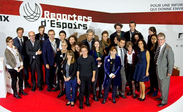 Lauréats, jury et équipes du Prix Reporters d'Espoirs partagent la photo.