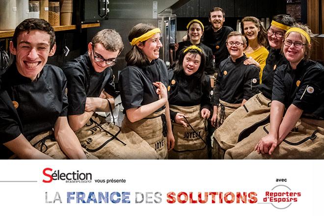 Qui parle de «différence»? Ici, de jeunes handicapés mentaux travaillent avec talent en salle et en cuisine.